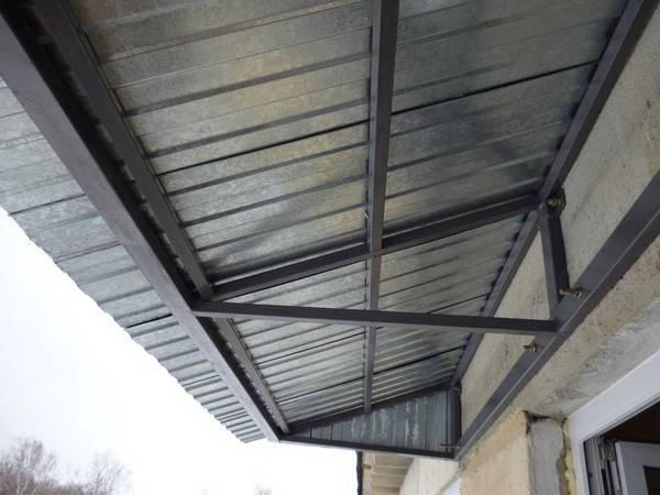 Козырек над крыльцом из металла – защищаем вход от дождя и солнца